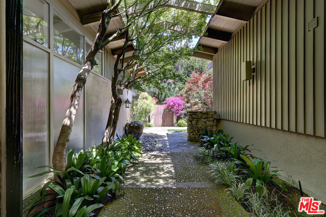 Beautiful Double-Master with Zen Garden in Hollywood Hills, West.