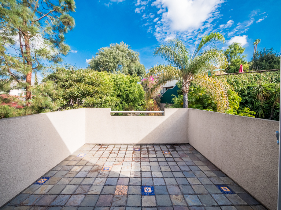 High Ceiling 2 Bedrm, 2 Bath Condo w/ Swimming Pool & Gym, 2 Gated Parking Spots in Beachwood Canyon